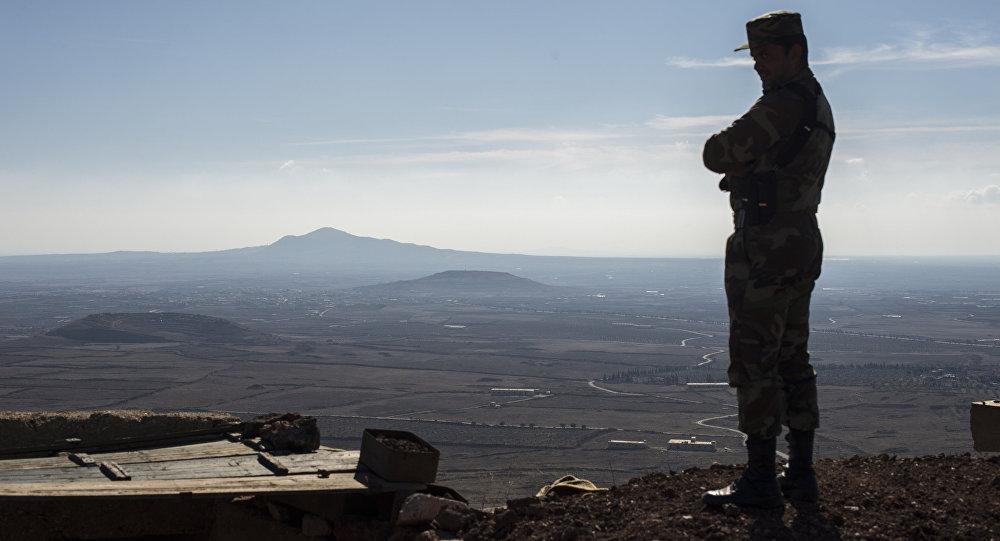 Um soldado do Exército Árabe Sírio em um posto de observação na linha de frente na aldeia al-Kom da província de Quneitra, na Síria