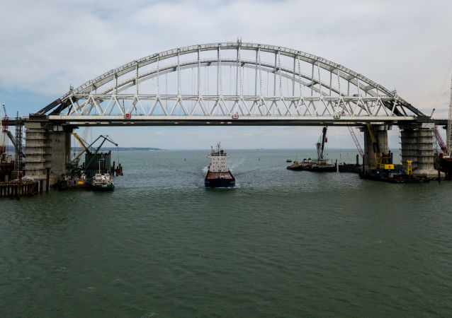 Ponte da Crimeia atravessa o estreito de Kerch