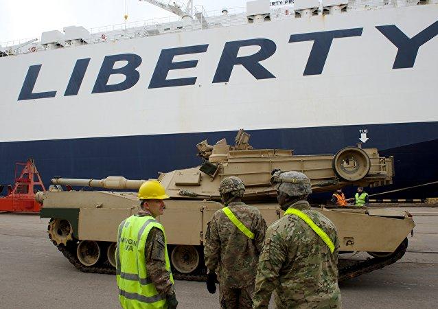 Tanque Abrams a ser desembarcado no porto de Riga, Letônia (foto de arquivo)