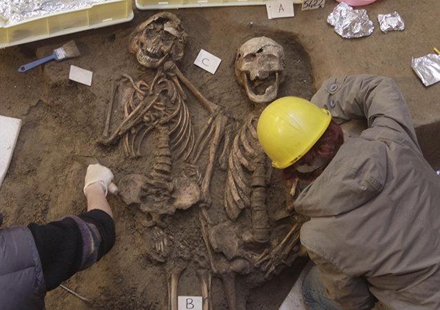 Arqueólogos trabalhando em um cemitério antigo com dúzias de esqueletos em Florença, Itália