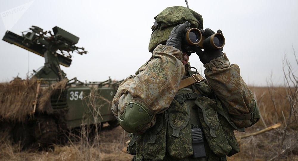 Soldado russo durante manobras táticas