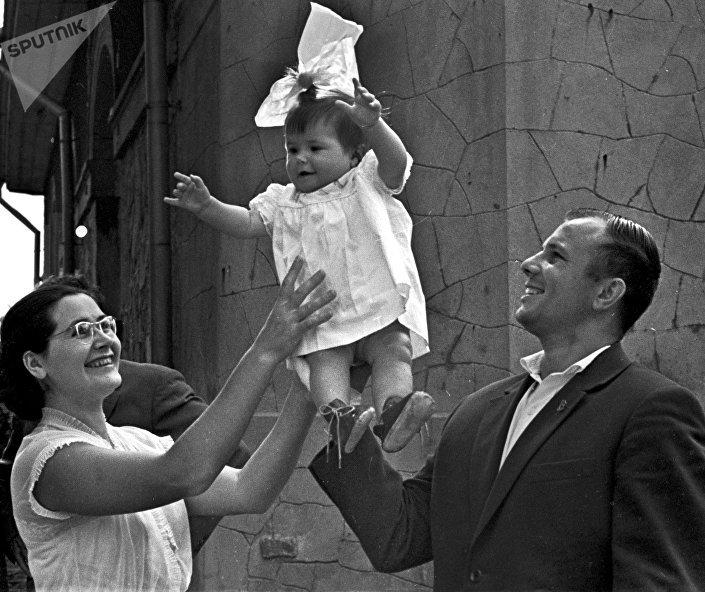 Yuri Gagarin com a mulher Valentina e a filha Galina descansando na Crimeia