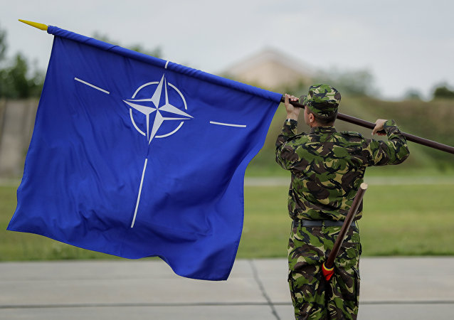 Soldado romeno com bandeira da OTAN
