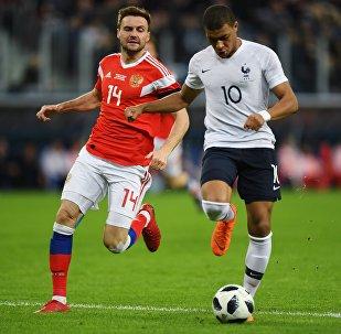 Kylian Mbappé e Vladimir Granat brigam pela bola durante amistoso entre França e Rússia em São Petersburgo