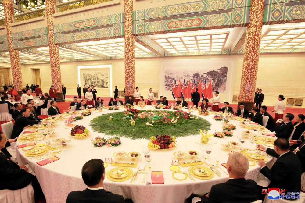 Jantar solene no âmbito da histórica reunião bilateral entre Kim Jong-un e Xi Jinping, em Pequim, entre 25 e 28 de março de 2018