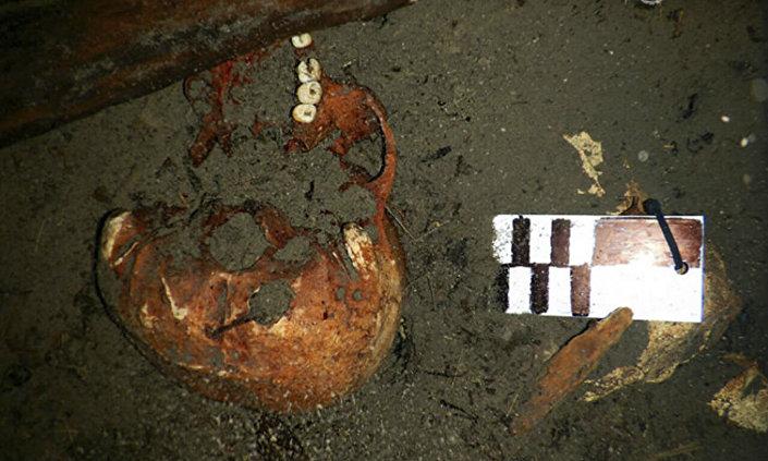 Fragmentos de ossos humanos encontrados no interior do cenote Xlacah, na zona arqueológica de Dzibilchaltún, no Iucatã, México