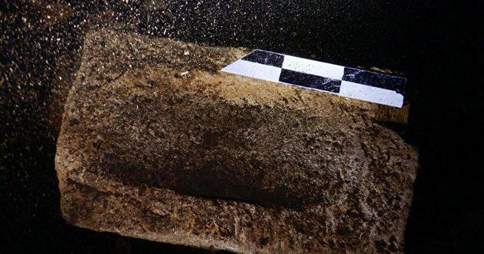Fragmentos de edifícios pré-hispânicos encontrados dentro do cenote Xlacah, na zona arqueológica de Dzibilchaltún, no Iucatã, México