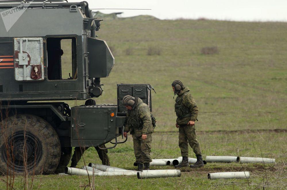 Militares russos junto ao sistema de artilharia autopropulsada A-222 Bereg durante os treinamentos das tripulações das Tropas de Mísseis e Artilharia russas no polígono Zhelezny Rog, na região de Krasnodar