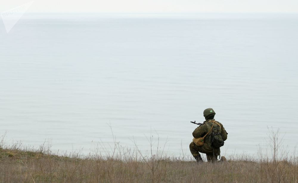 Militar russo participa dos treinamentos das tripulações das Tropas de Mísseis e Artilharia russas no polígono Zhelezny Rog, na região de Krasnodar