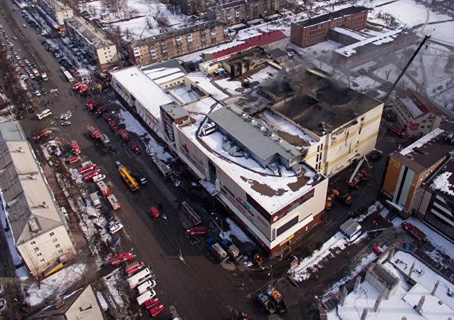 O edifício do shopping Winter Cherry em Kemerovo, onde houve um incêndio.