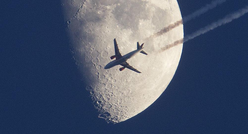 Avião sobrevoa com Lua em fundo, Alemanha