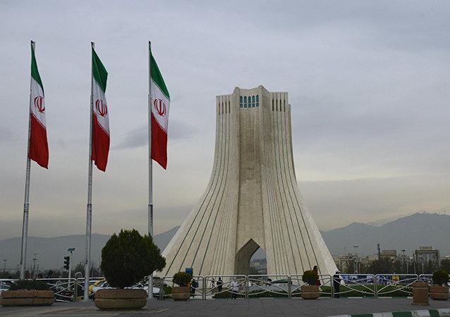 A Torre Azadi e bandeiras iranianas em Teerã