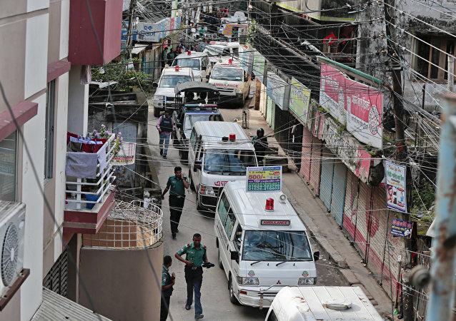 Ambulâncias levando feridos em uma rua de Daca, capital do Bangladesh (imagem de arquivo)