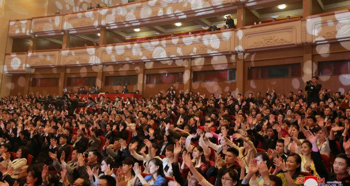 Espectadores no concerto de música pop sul-coreana, Pyongyang, 1º de abril