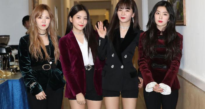 Cantoras do grupo sul-coreano Red Velvet, Pyongyang, 1º de abril