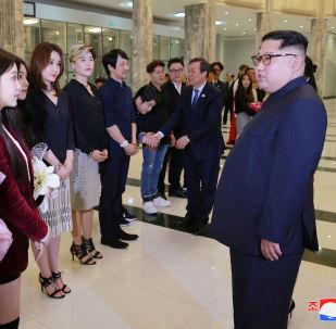 Kim Jong-un se encontra com cantores sul-coreanos, Pyongyang, 1º de abril