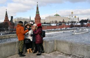 Transeuntes na ponte de Bolshoy Kamenny em Moscou.