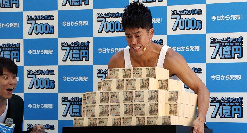 Ex-campeão japonês de decatlo, So Takei, levantando 700 milhões de ienes