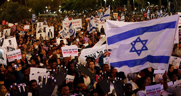 Pessoas marcham contra plano do governo israelense de deportar migrantes africanos, Tel Aviv, 24 de março de 2018