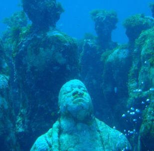Composição Musa na exposição de Jason Taylor no Museu Subaquático de Arte em Cancún, México