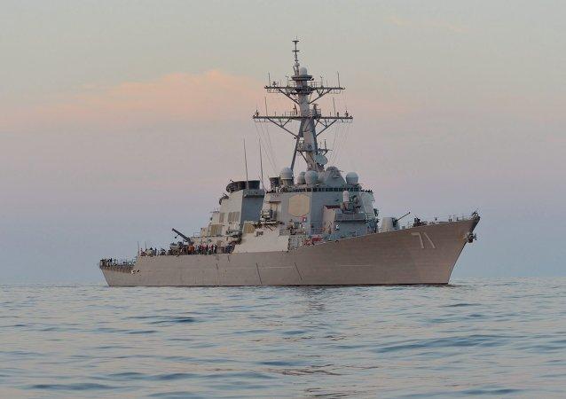 O destróier de mísseis guiados USS Ross (DDG 71)