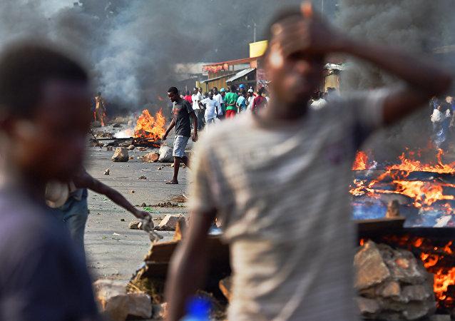 Manifestantes seguem protestando nas ruas de Bujumbura contra a candidatura de Pierre Nkurunziza a um terceiro mandato como presidente do Burundi