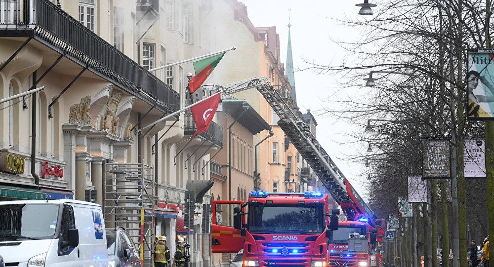Bombeiros combatem o incêndio que atingiu nesta quarta-feira (4) a embaixada portuguesa em Estocolmo