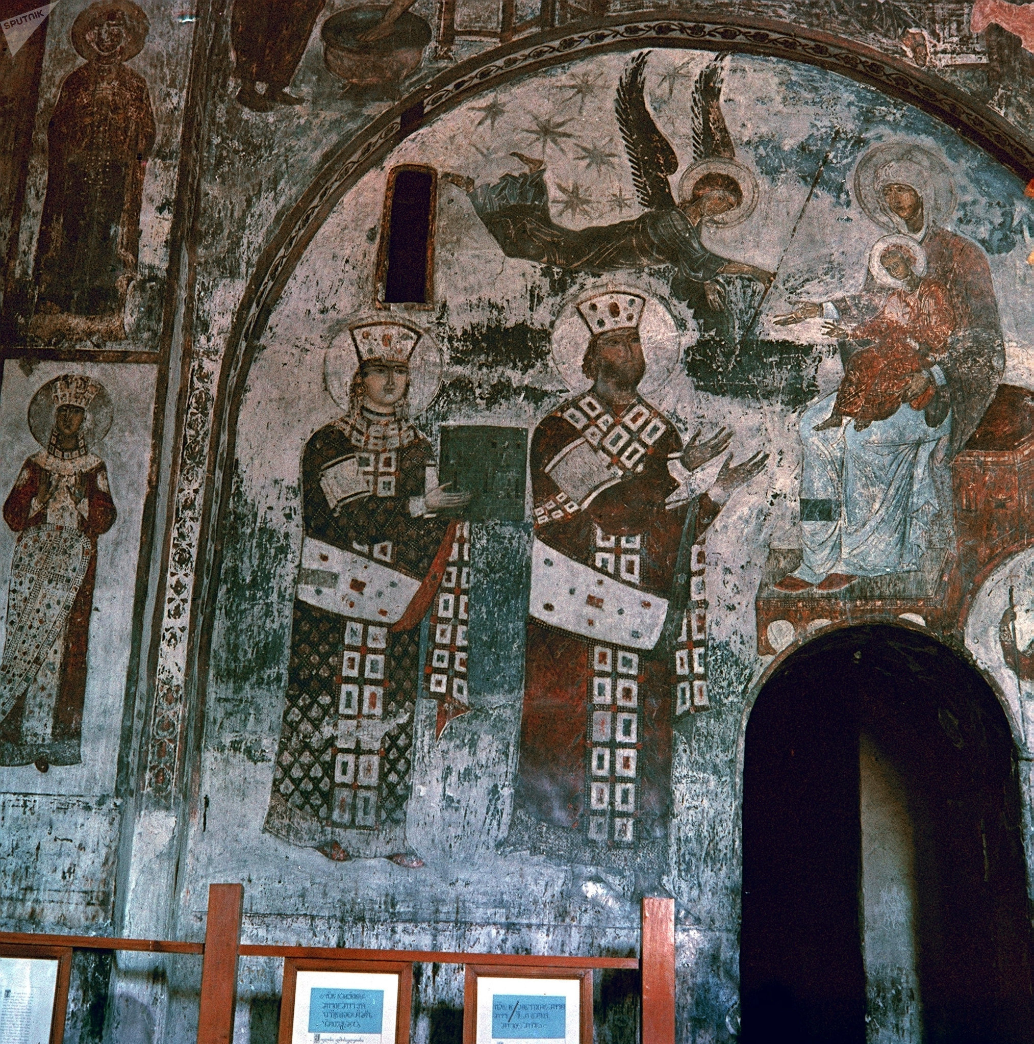 Rainha Tamara e seu pai, rei Jorge III, no mosteiro das Cavernas de Vardzia
