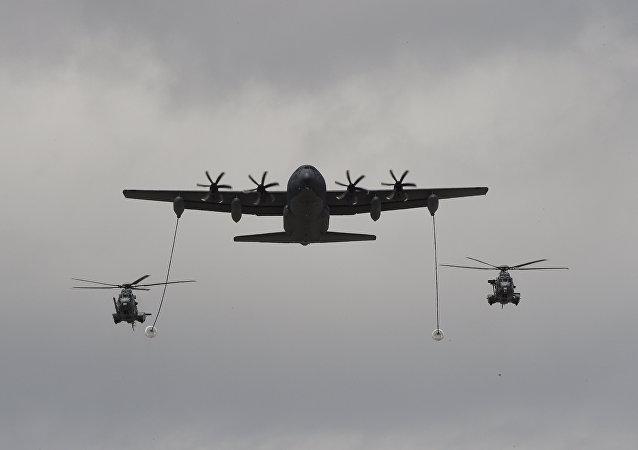 Avião cisterna da Força Aérea dos EUA abastecendo dois helicópteros franceses Caracal (imagem referencial)