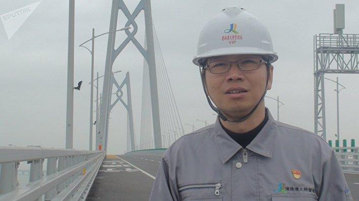 Engenheiro Zhang Jinwen sobre a ponte Hong Kong-Zhuhai-Macau