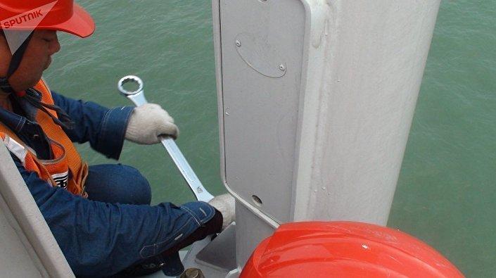 Funcionários fazem ajustes finais da ponte marítima Hong Kong-Zhuhai-Macau mais longa do mundo