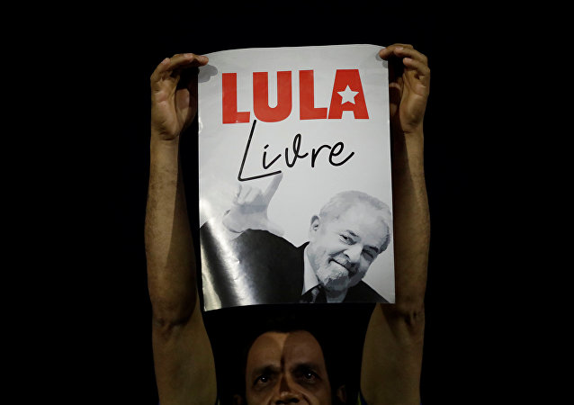 Um apoiante de Lula mantém cartaz dizendo Lula Livre durante ato em Brasília, durante o julgamento do ex-presidente no STF, em 4 de abril de 2018