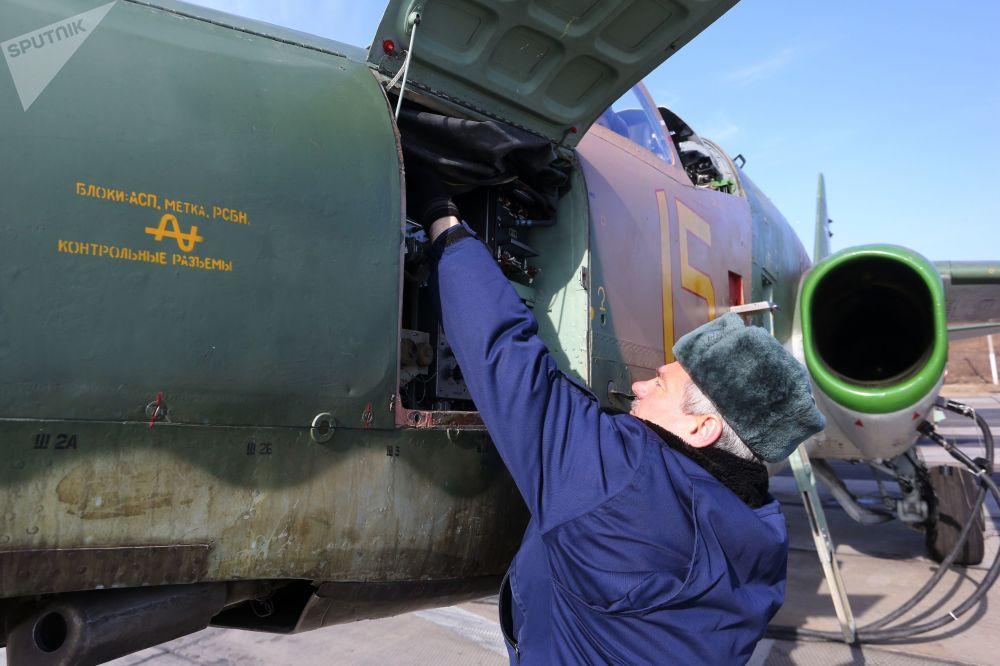 Preparação do avião de assalto Su-25 para decolagem