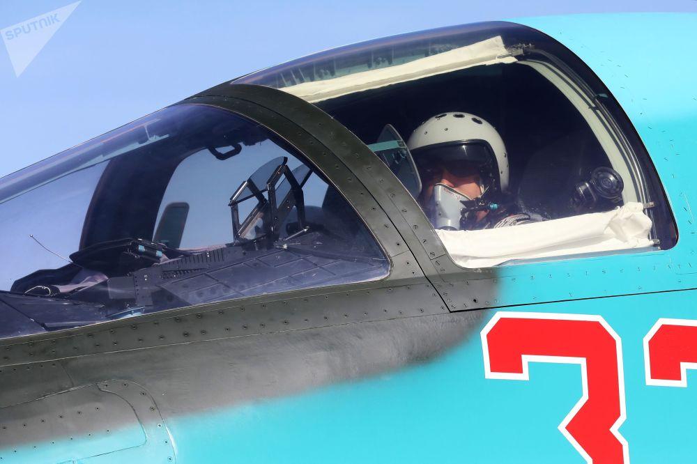 Piloto na cabine do caça-bombardeiro Su-34