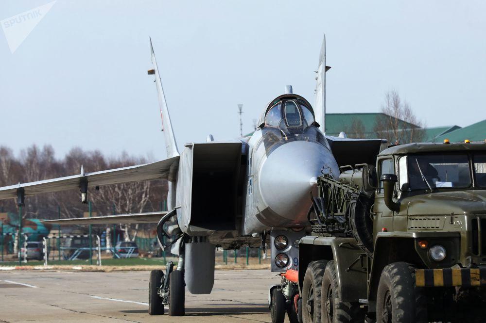 Preparações do caça MiG-31 para decolagem