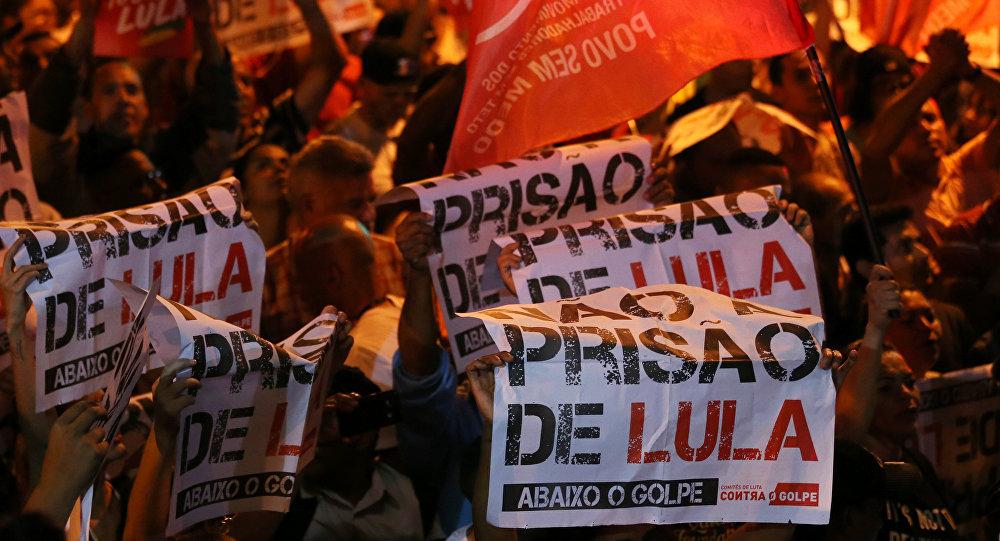 Apoiantes de Lula se manifestam com cartazes dizendo Não à prisão de Lula, abaixo o golpe em São Bernardo do Campo em 5 de abril de 2018