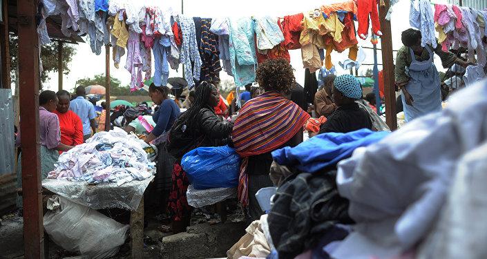Um mercado de roupa em segunda mão em Nairóbi