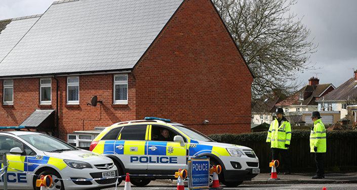 Policiais montam guarda ao redor da casa do ex-oficial de inteligência russo Sergei Skripal em Salisbury, Inglaterra, em 3 de abril de 2018