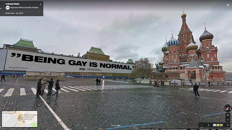 Ser gay é normal, diz a frase em Moscou, Rússia. O grupo Repórteres sem Fronteiras colocou uma série de imagens no Google Street View com frases críticas de jornalistas censurados em cartões postais de várias localidades do mundo.