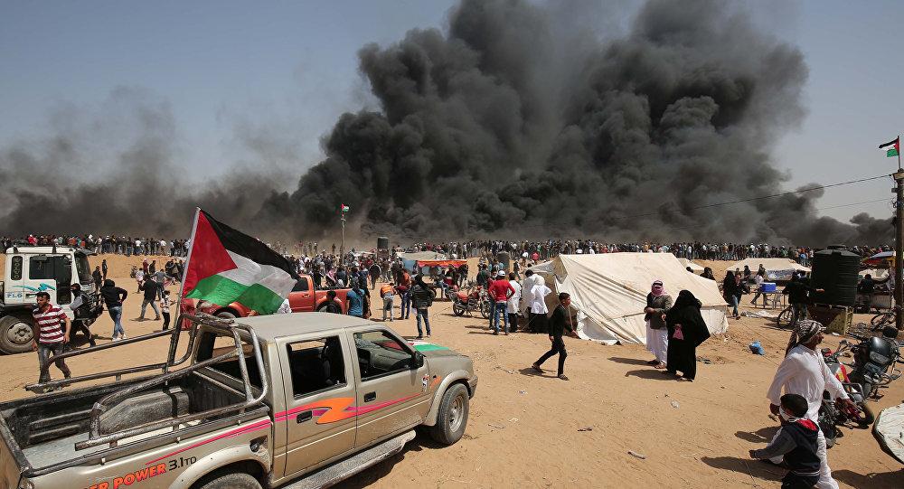Manifestantes palestinos na fronteira entre Israel e a Faixa de Gaza