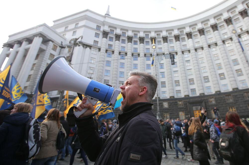 Participantes de um protesto contra a oligarquia na capital ucraniana, Kiev