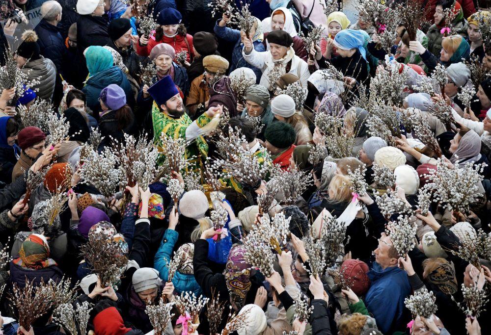 Sacerdote e paroquianos no Domingo de Ramos, na cidade de Khabarovsk