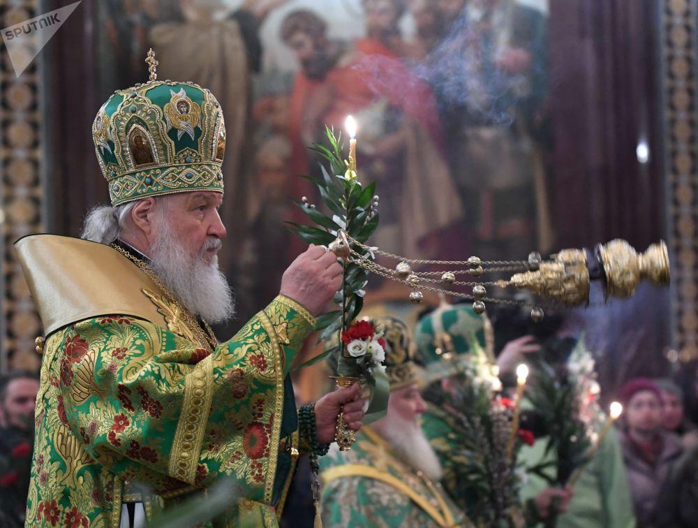 O patriarca Kirill, a mais alta autoridade da Igreja Ortodoxa Russa, realiza uma missa nas vésperas do Domingo de Ramos, em Moscou