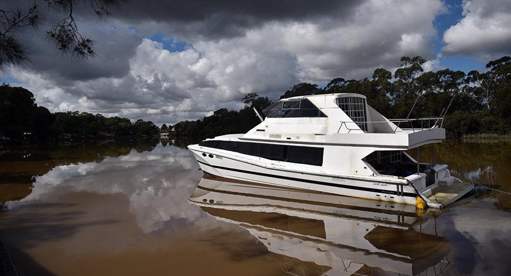 Barco flutua em um rio da Austrália, enquanto a água da inundação recua das áreas afetadas, oeste de Sydney, 23 de abril de 2015
