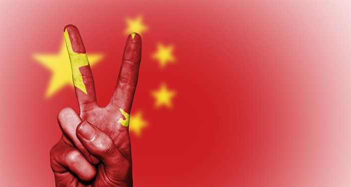 Bandeira chinesa e sinal de V (gesto com a mão)