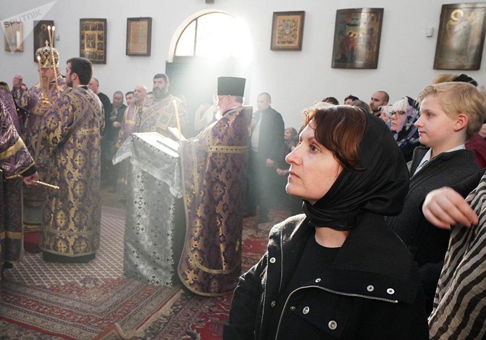 Missa em uma igreja ortodoxa em Berlim, na Catedral da Ressureição de Diocese, no Sábado de Aleluia