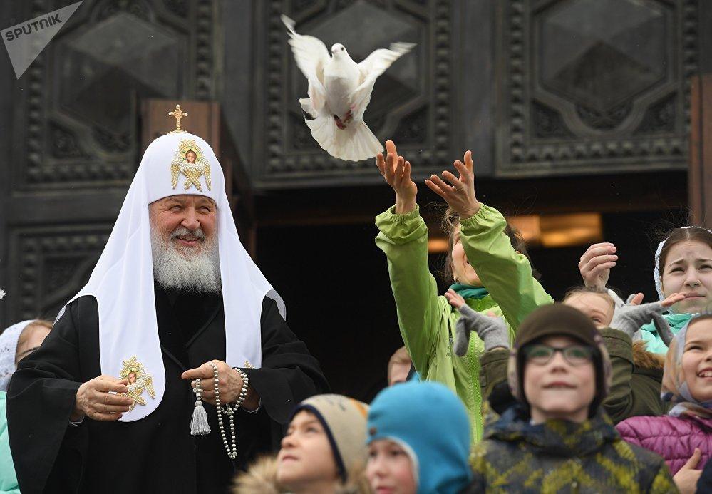 Patriarca de Moscou e de toda a Rússia, Kirill, solta os pombos após a missa no dia da Anunciação da Virgem Maria, na Catedral de Cristo Salvador, em Moscou