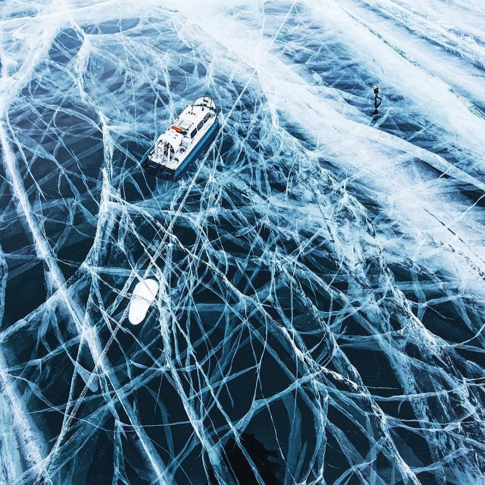 Barco nas águas congeladas do lago Baikal