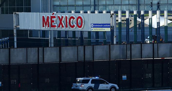 Um veículo de patrulha de fronteira dos EUA passa pela divisa fronteiriça entre o México e os Estados Unidos em San Ysidro, Califórnia