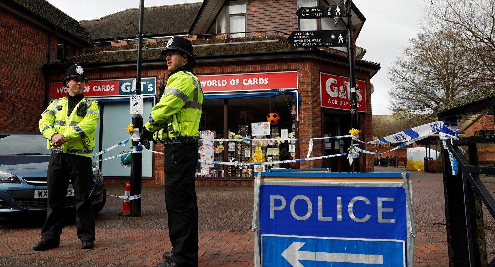 Policiais montam guarda perto de um shopping da cidade inglesa de Salisbury onde foram encontrados desacordados Sergei e Yulia Skripal (arquivo)